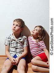 menino, pequeno, sentar-se, olhar, pensativo, lar, canto, menina sorridente, roupas