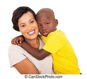 menino, pequeno, seu, africano, abraçando, mãe