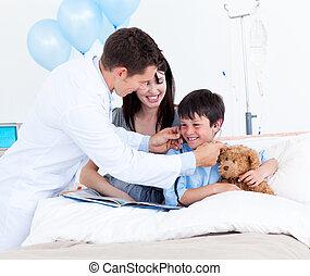 menino, pequeno, seu, doutor, mãe, sorrindo, tocando