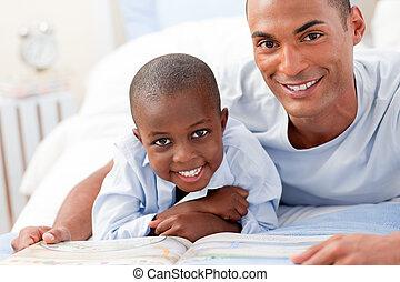 menino, pequeno, seu, pai, leitura