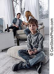 menino, pequeno, smartphone, divorciado, obtendo, sentando, enquanto, seu, pais
