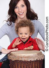 menino, pequeno, tambor, bongo, mãe jogando