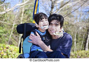 menino, pequeno, velho, cerebral, cadeira rodas, irmão, abraçando, incapacitado, palsy., junto., criança, ao ar livre, sorrindo, tem