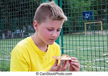 menino, pizza, comer ao ar livre