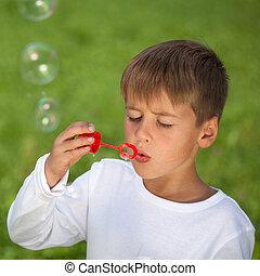 menino, prado, verde, divertimento, bolhas, tendo