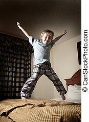 menino, pular, jovem, cama