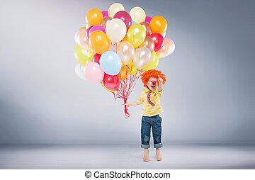 menino, pular, segurando, pequeno, balões, grupo