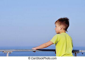 menino, quay, olhando jovem, 2, horizonte, sonhar, feliz