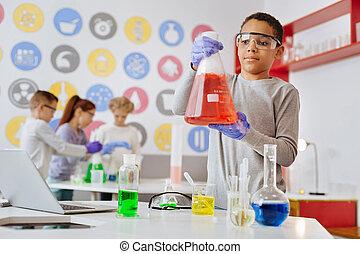 menino, reação, frasco, charming, químico, observar