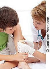 menino, recebendo, cuidado emergência
