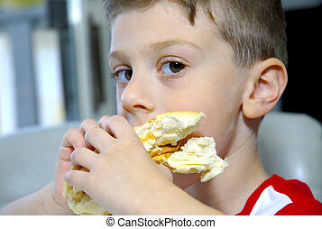 menino, sanduíche, comer