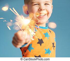 menino, segurando, um, sparkler