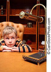 menino, senta-se, em, luxo, escritório