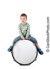 menino, senta-se, ligado, a, grande, tambor