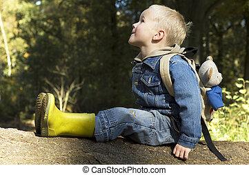 menino sentando, ligado, um, árvore
