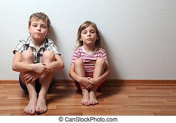menino, sentar, parede, pensativo, inclinar-se, lar, menina, roupas