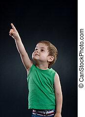 menino, seu, apontar cima, dedo, feliz