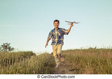 menino, seu, campo, executando, verde, avião