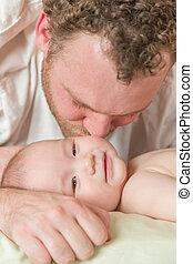 menino, seu, chinês, pai, cama, raça misturada, bebê, caucasiano