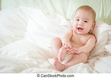 menino, seu, cobertor, misturado, bebê, raça, divertimento, tendo