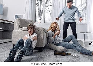 menino, seu, esposa, assustado, alcoólico, pai, enquanto, chorando, zangado, discutir