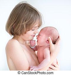 menino, seu, irmão, bebê recém-nascido, sorrindo, tocando, feliz