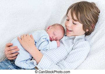 menino, seu, irmão, dormir, recem nascido, rir, prendendo bebê, feliz
