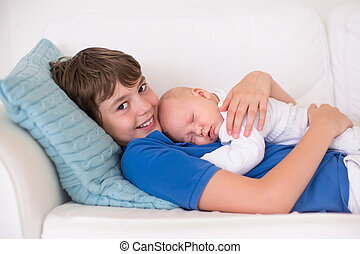 menino, seu, irmão, recem nascido, prendendo bebê