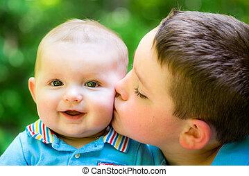menino, seu, velho, irmão, bebê, beijado, feliz