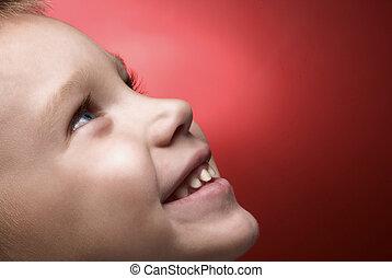 menino, sorrindo
