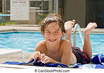 menino, tendo divertimento, em, a, piscina