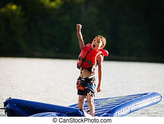 menino, tendo divertimento, em, um, lago