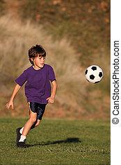 menino, tocando, com, bola futebol