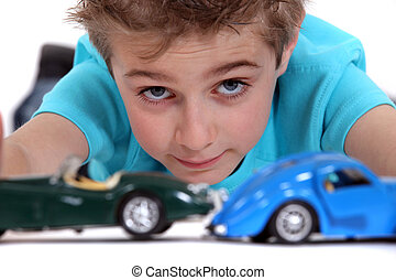 menino, tocando, com, carros brinquedo