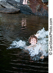 menino, tocando, em, um, lago