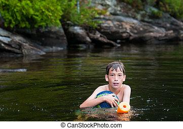 menino, tocando, em, um, profundo, lago