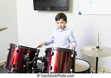 menino, tocando, instrumento percussão, em, música, sessão