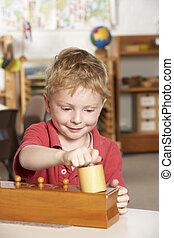 menino, tocando, jovem, montessori/pre-school