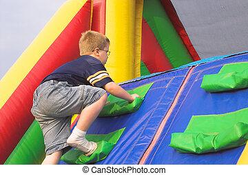 menino, tocando, ligado, curso obstáculo