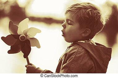 menino, tocando, moinho de vento, brinquedo