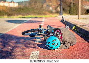 menino, tocar, seu, cabeça, após, caindo, para, bicicleta