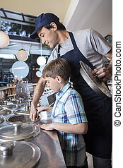 menino, trabalhando, com, garçom, em, contador, em, sala estar sorvete