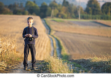 menino, trigo, experiência., foto, jovem, obscurecido, campo, câmera, criança, rural