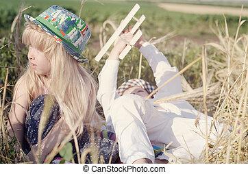 menino, trigo, jovem, campo, menina, tocando