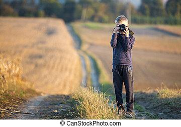 menino, trigo, quadro, foto, levando, jovem, obscurecido, campo, câmera, experiência., criança, rural