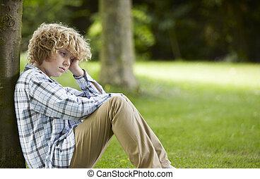 menino, triste, parque, sentando