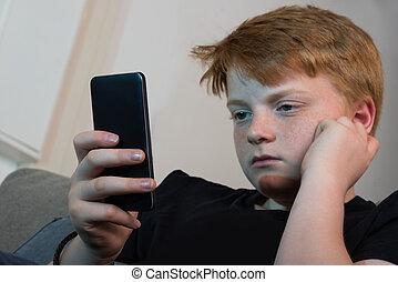menino, usando, cellphone