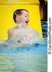 menino, verão, respingue, após, jovem, corrediça água, ir, piscina, divertimento, durante, tem, ou, baixo, criança