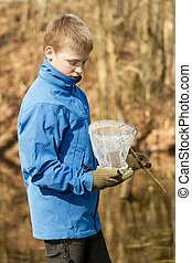 menino, verificar, seu, apanhar, em, rede de pescar