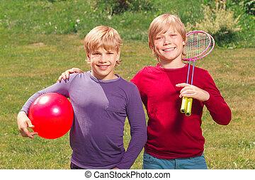 meninos, agradável, equipamento, segurando, sorrindo, desporto